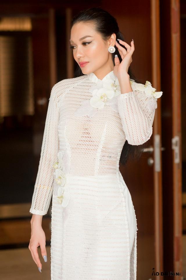 Xu hướng áo dài trắng mỏng xuyên thấu đẹp mà không phản cảm